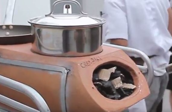 Palmiro Ocampo usa cocina mejorada portátil